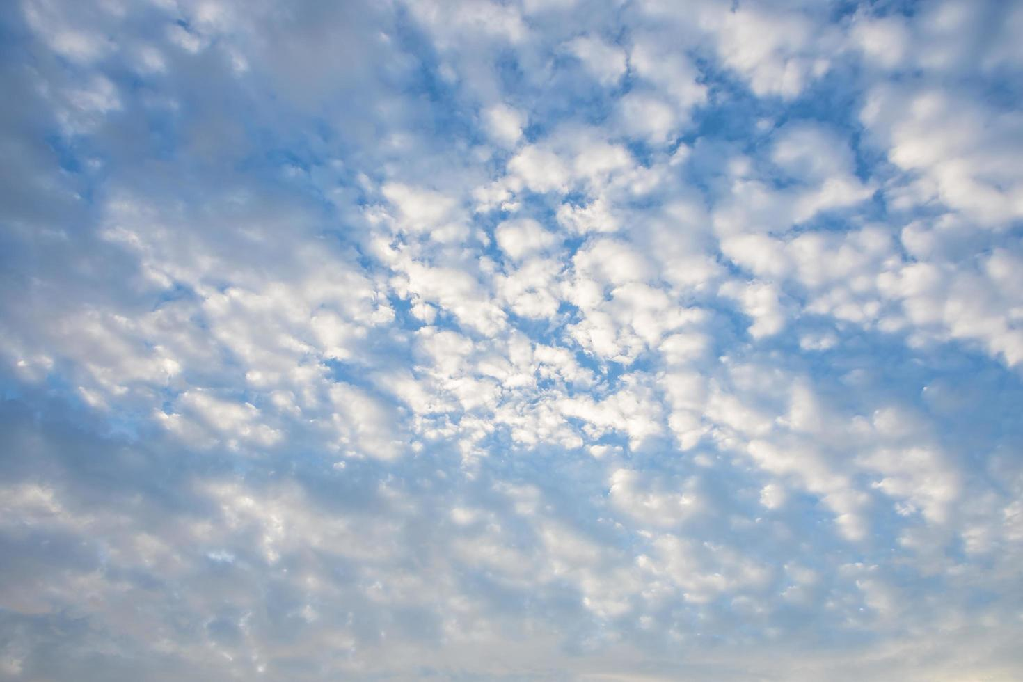 cielo blu con nuvole bianche foto