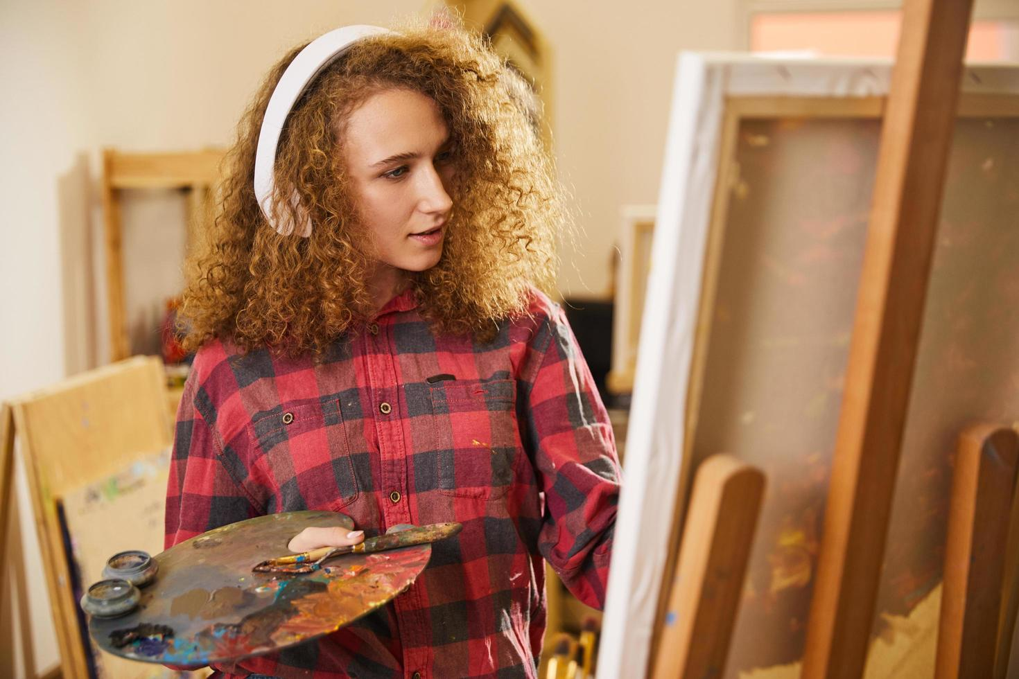 artista che ascolta la musica mentre dipinge foto