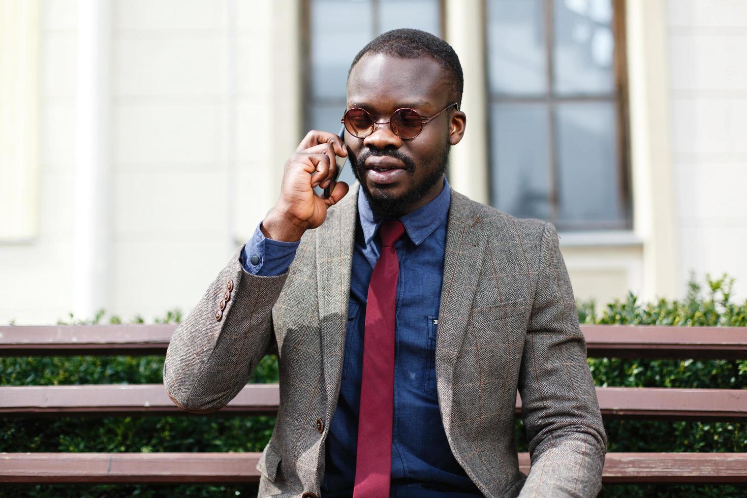 uomo alla moda parlando al telefono foto