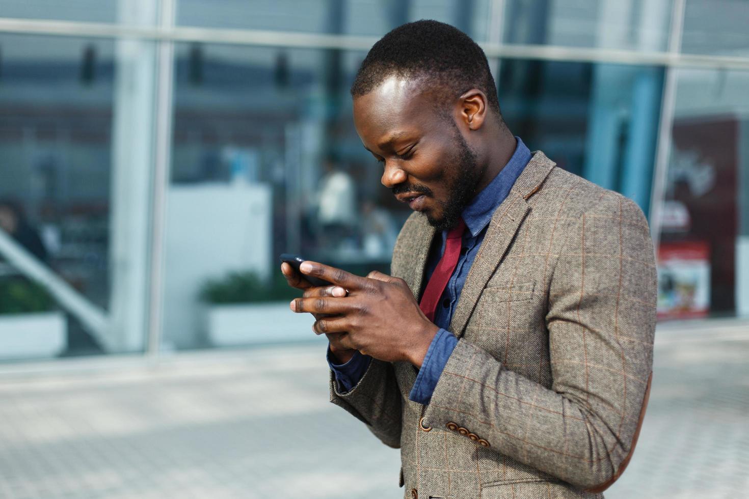 uomo sul suo telefono foto
