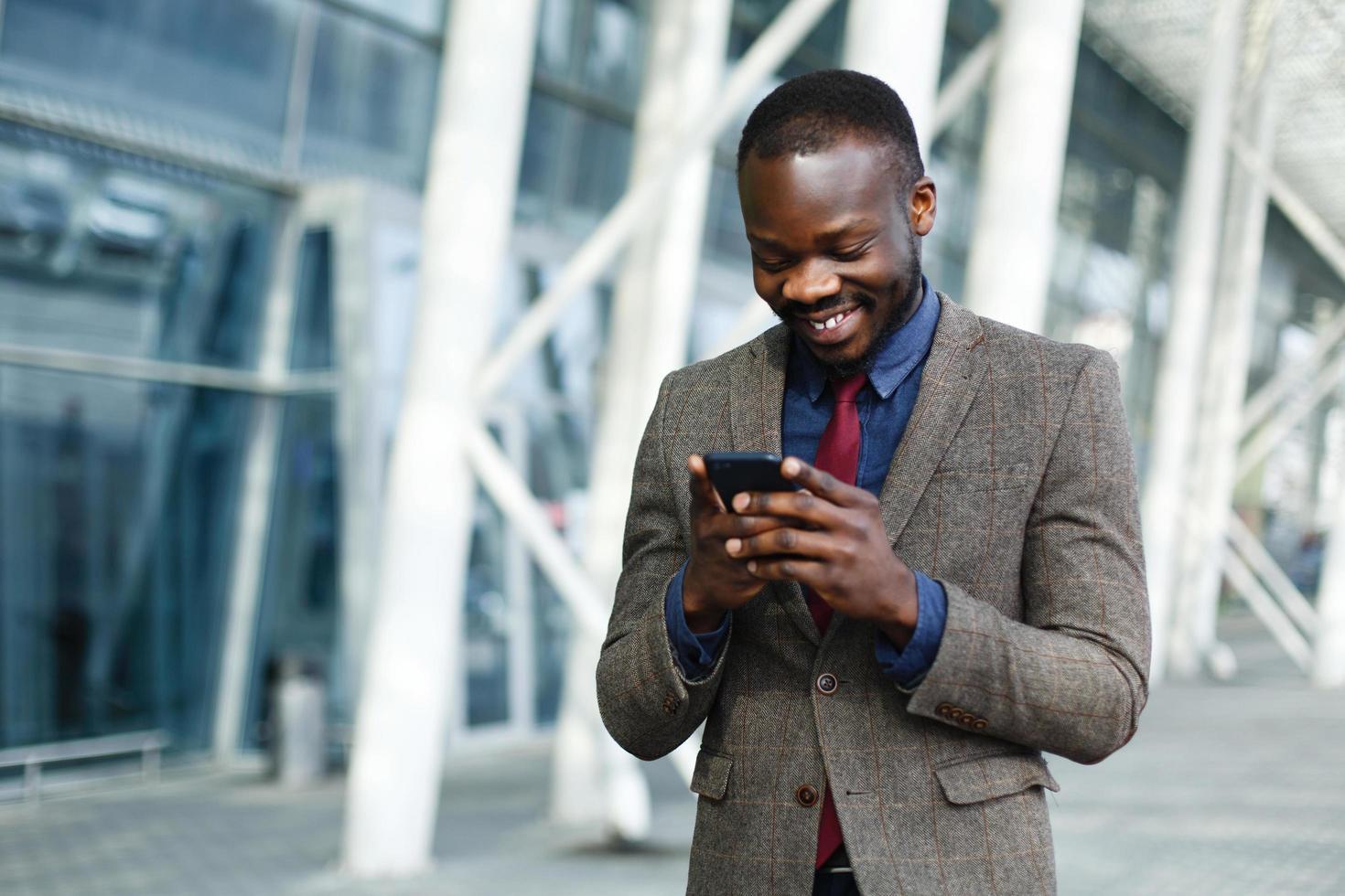 uomo nero sul suo telefono foto