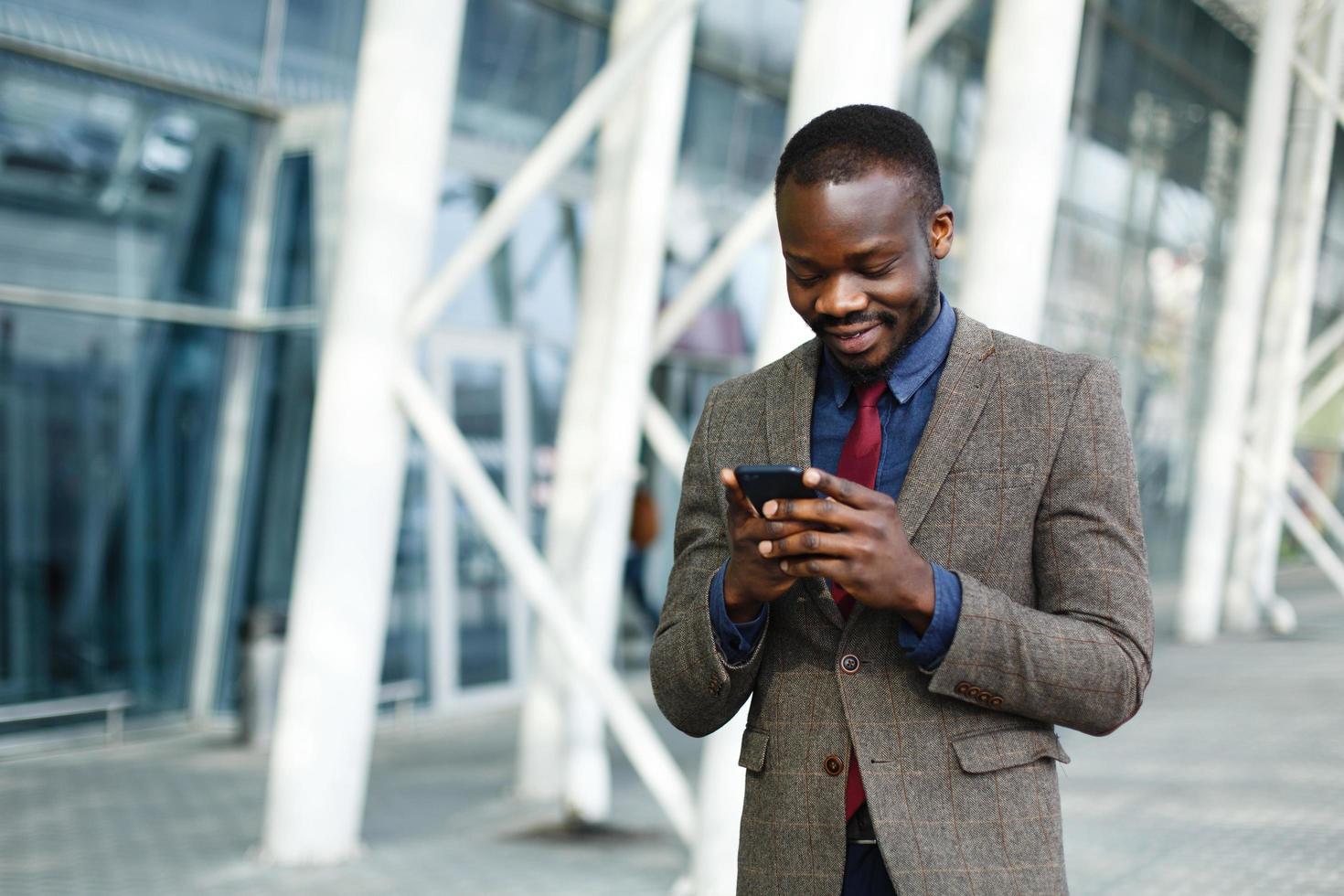 uomo che manda un sms sul suo telefono foto