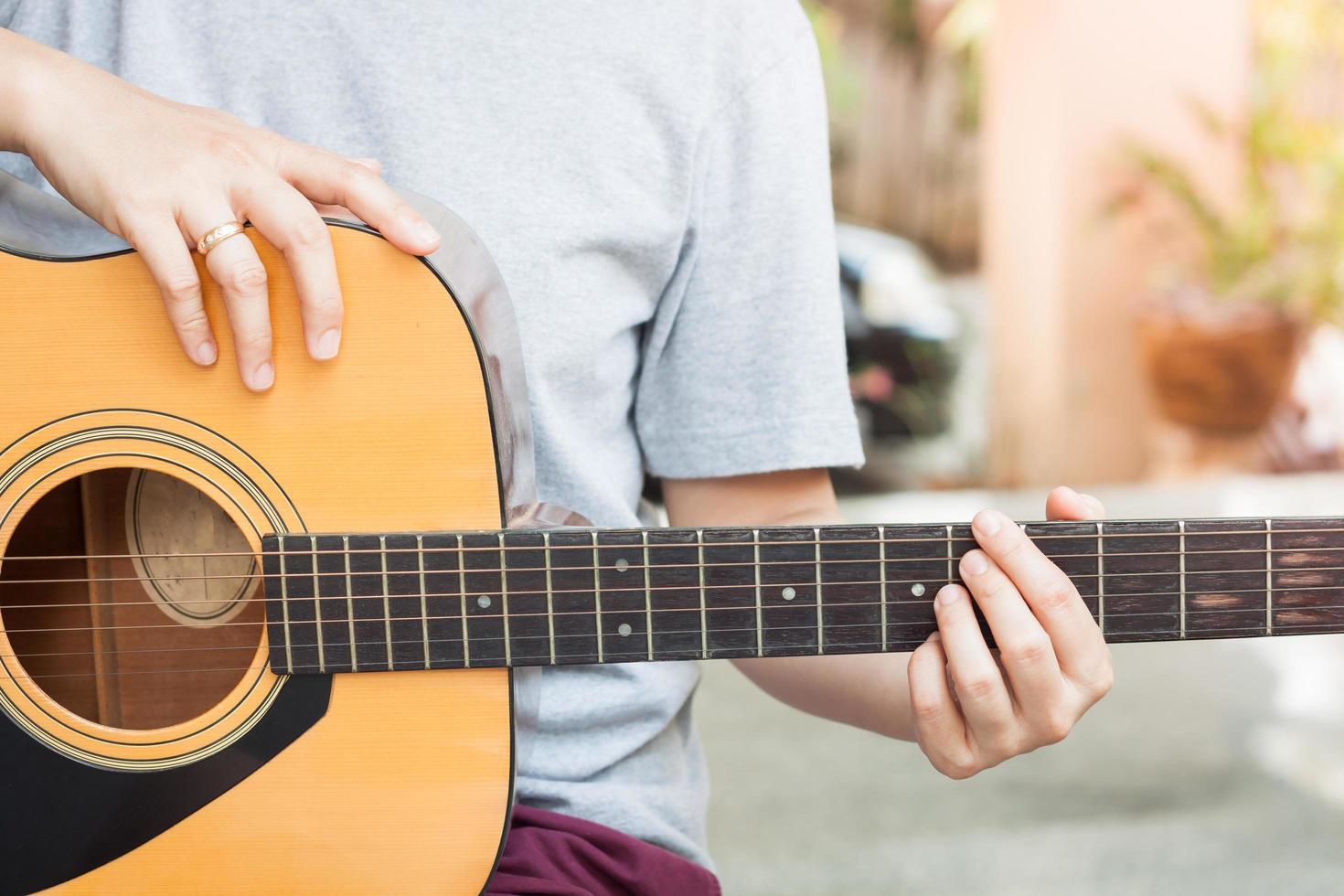 persona che suona una chitarra foto