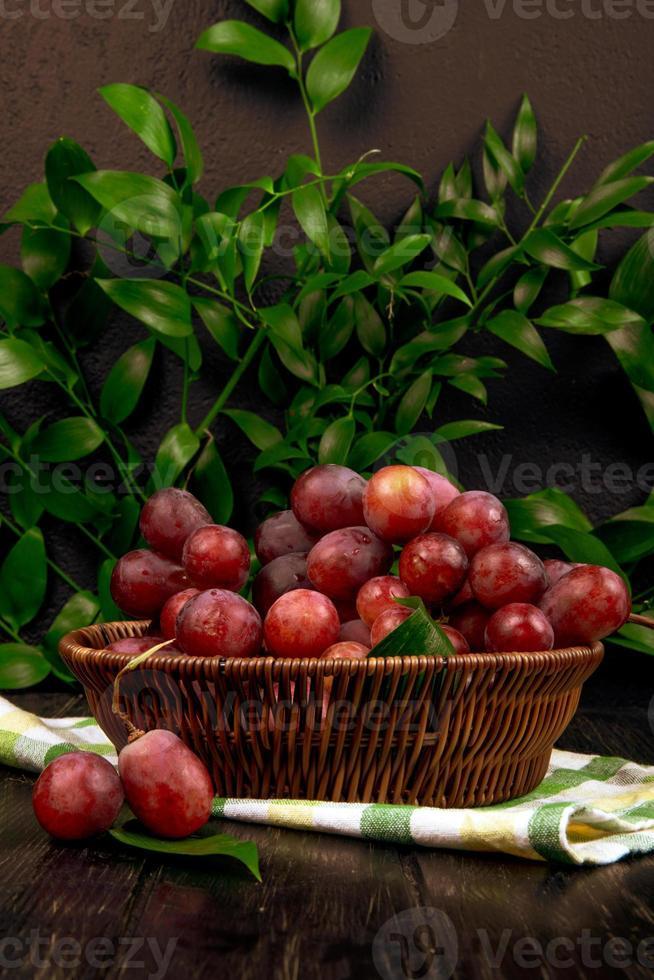 uva rossa in una ciotola foto