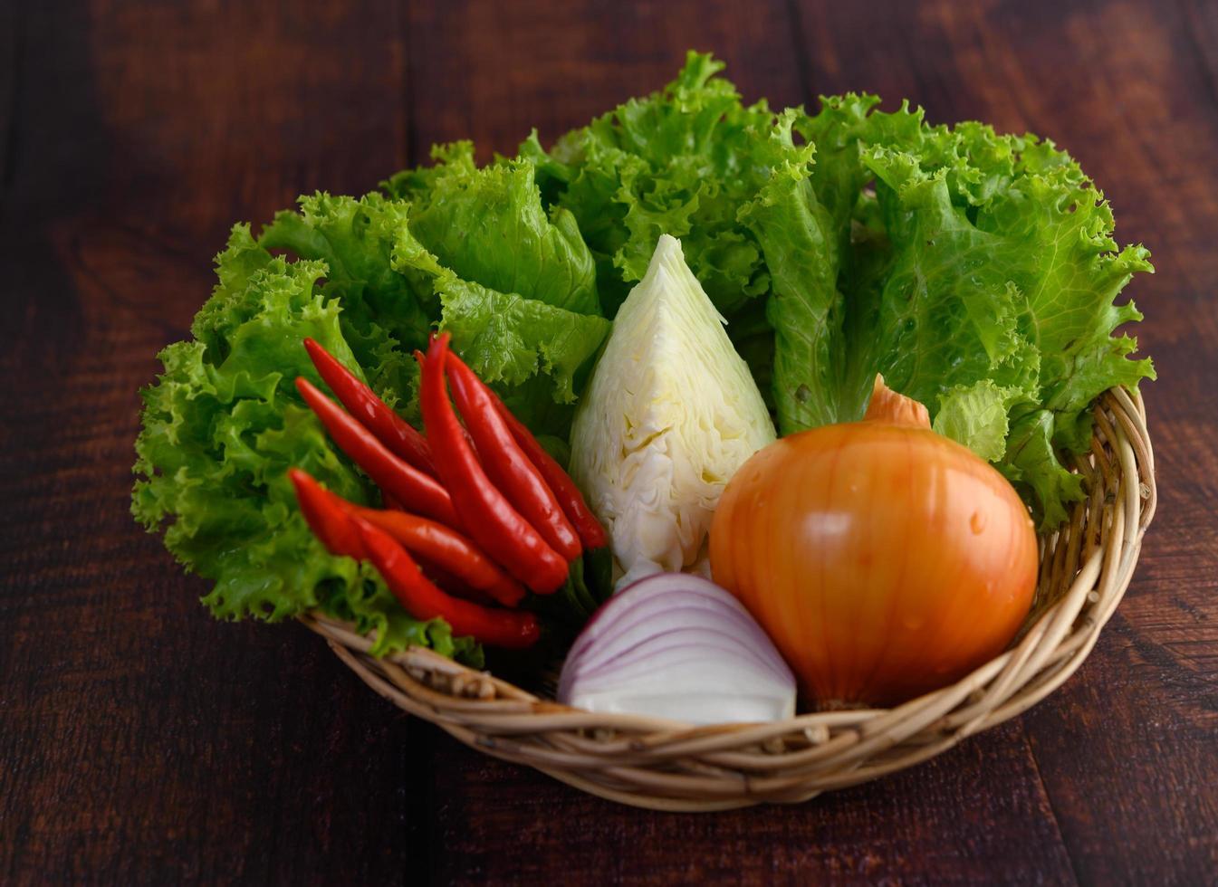verdure in un cesto di vimini foto