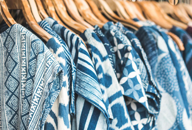 primo piano di camicie blu su portabiti in legno foto