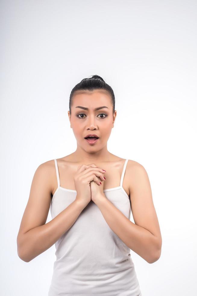 ritratto di donna scioccata su sfondo bianco foto