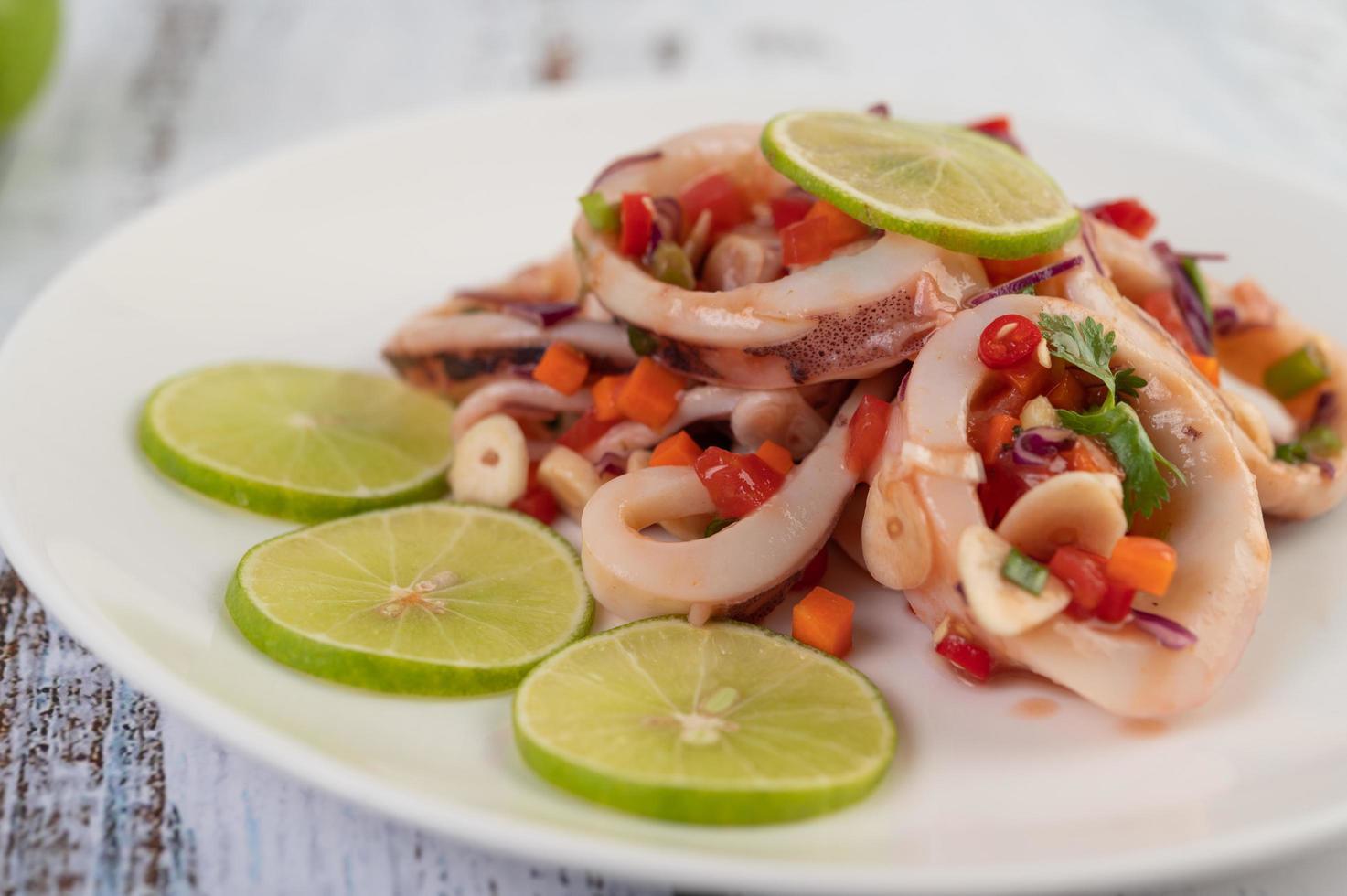 piatto di calamari al limone piccante foto