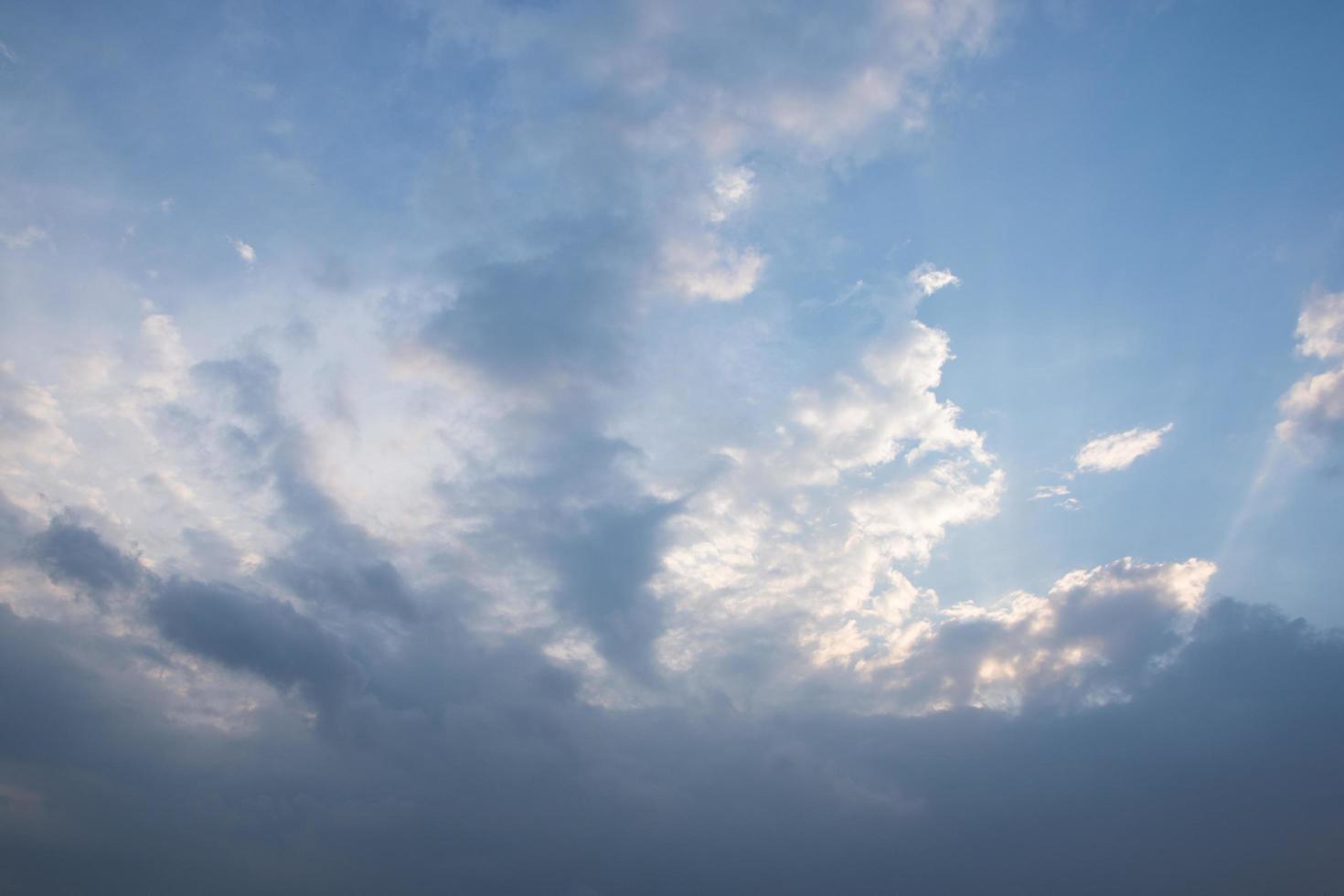 il cielo e le nuvole al tramonto foto