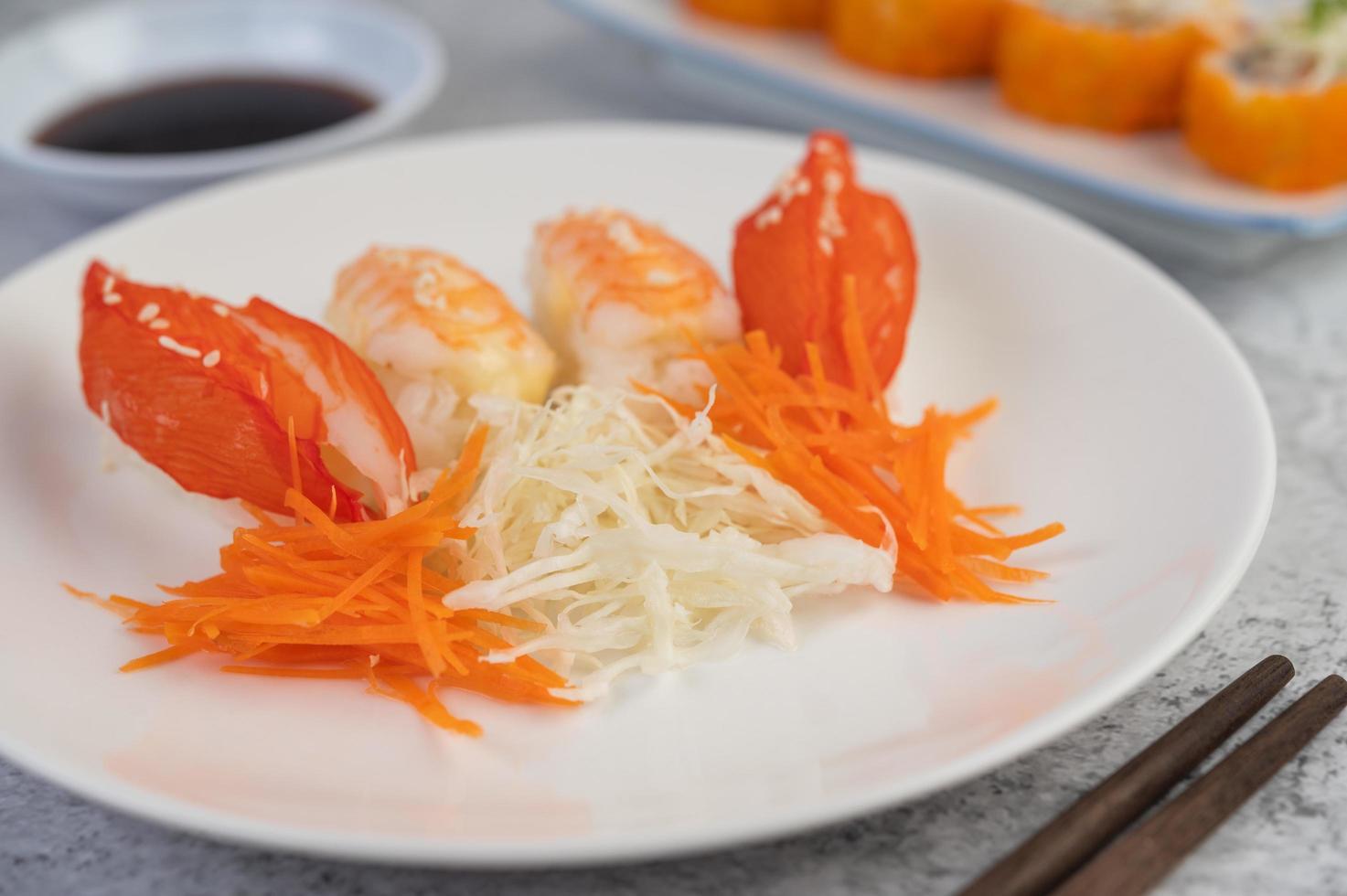 sushi placcato con salsa e bacchette foto