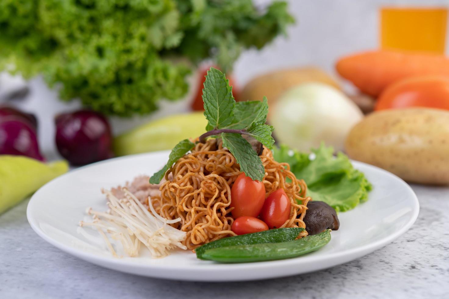Tagliatelle saltate in padella con verdure miste foto