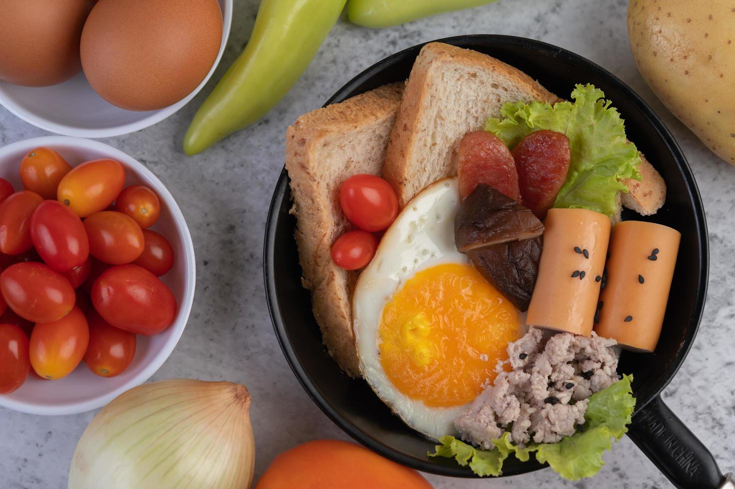 insalata di verdure con pane e uova sode foto