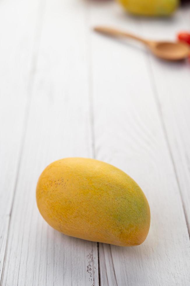 mango giallo maturo foto