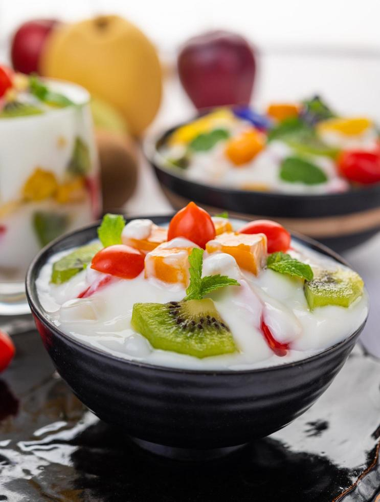 macedonia di frutta in una ciotola di yogurt foto