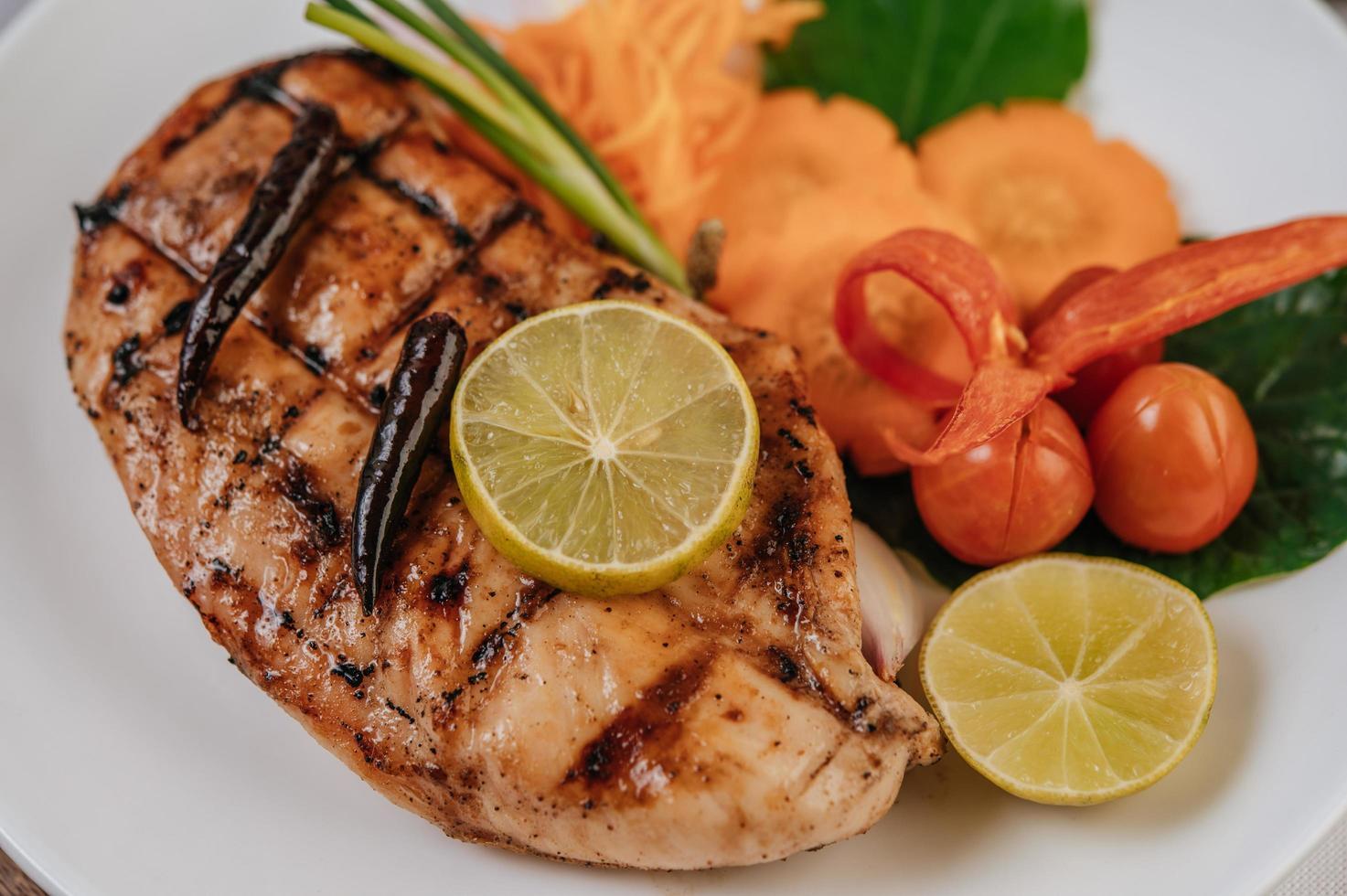bistecca di pollo con verdure foto