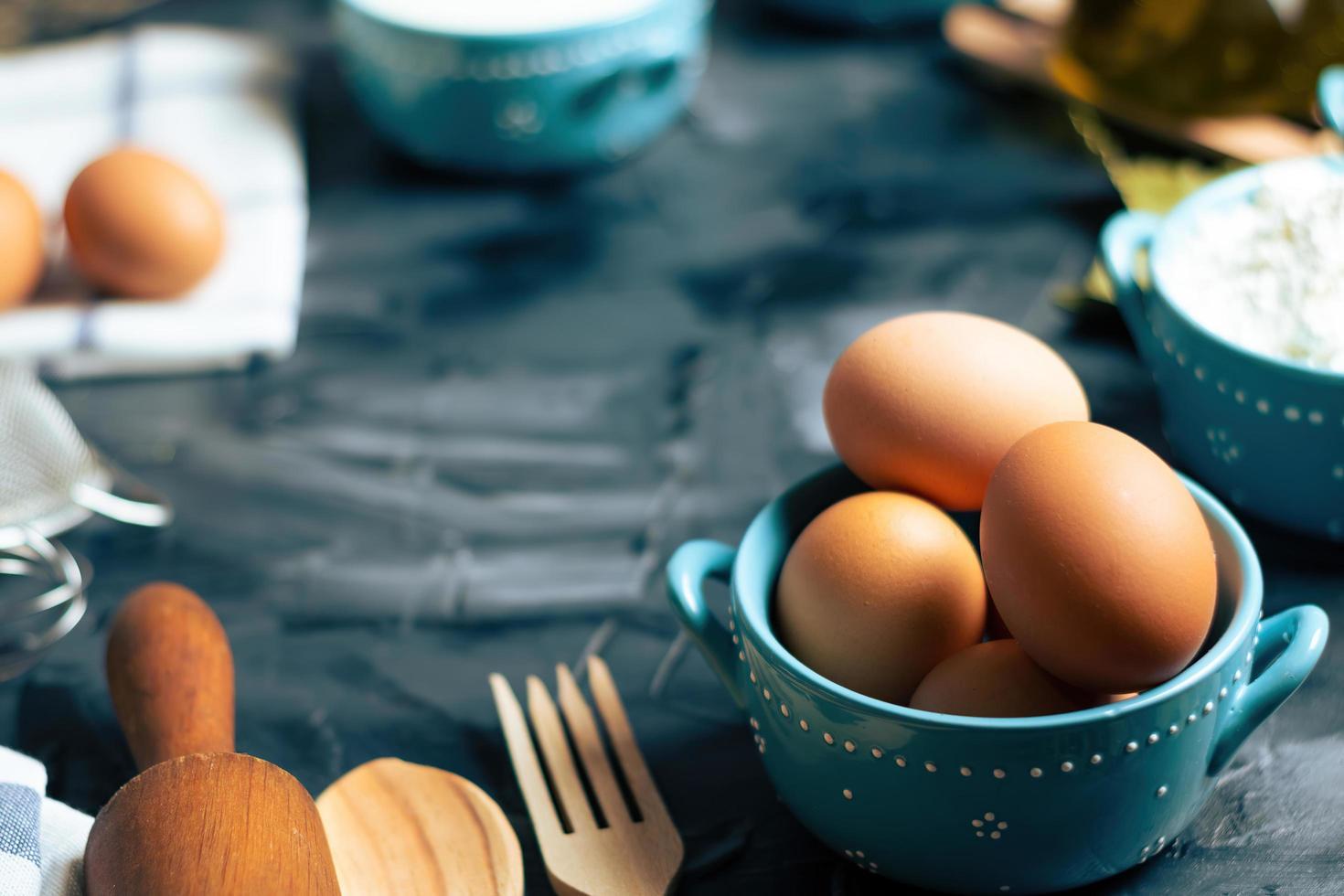 uova in una ciotola foto