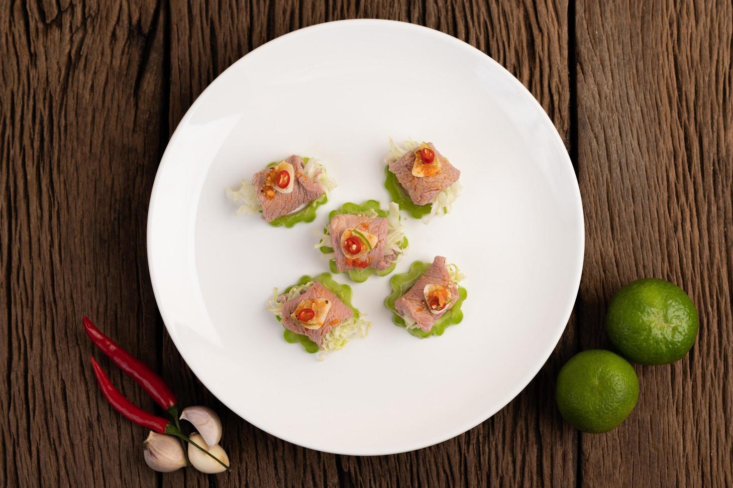 insalata di maiale piccante e delicata al lime foto