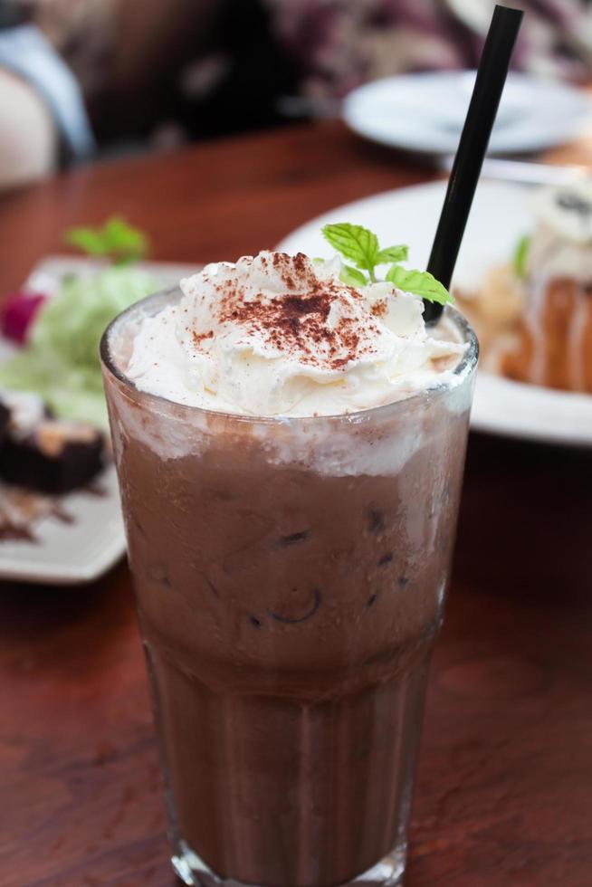 farcitura di caffè freddo con panna montata foto