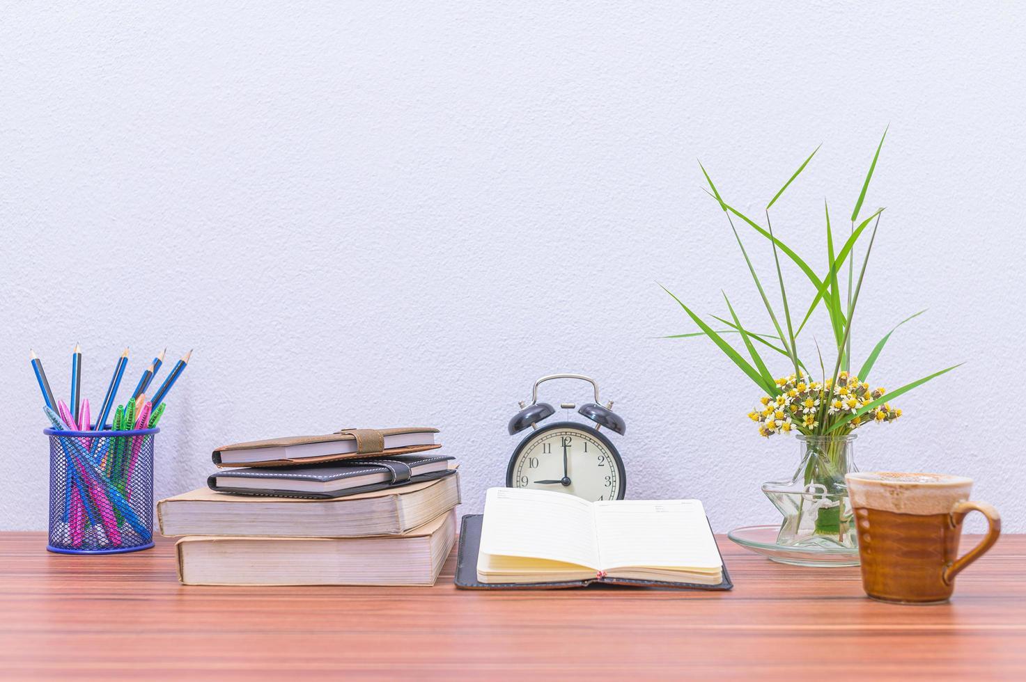 libri e fiori sulla scrivania foto