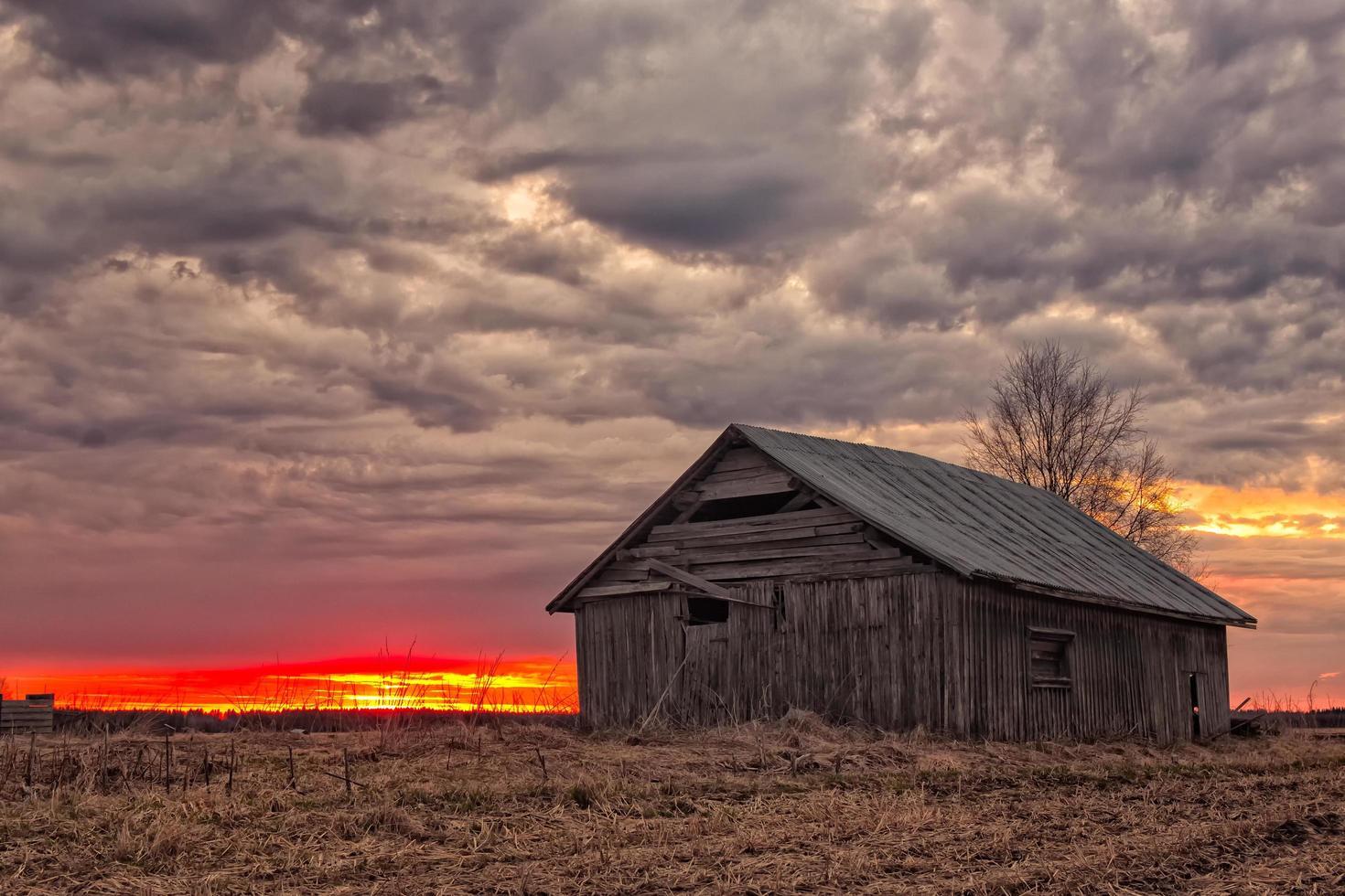 casa in legno al tramonto foto