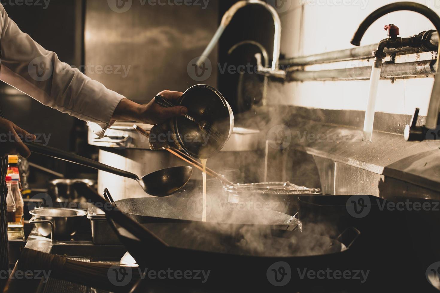 chef di cucina in cucina foto