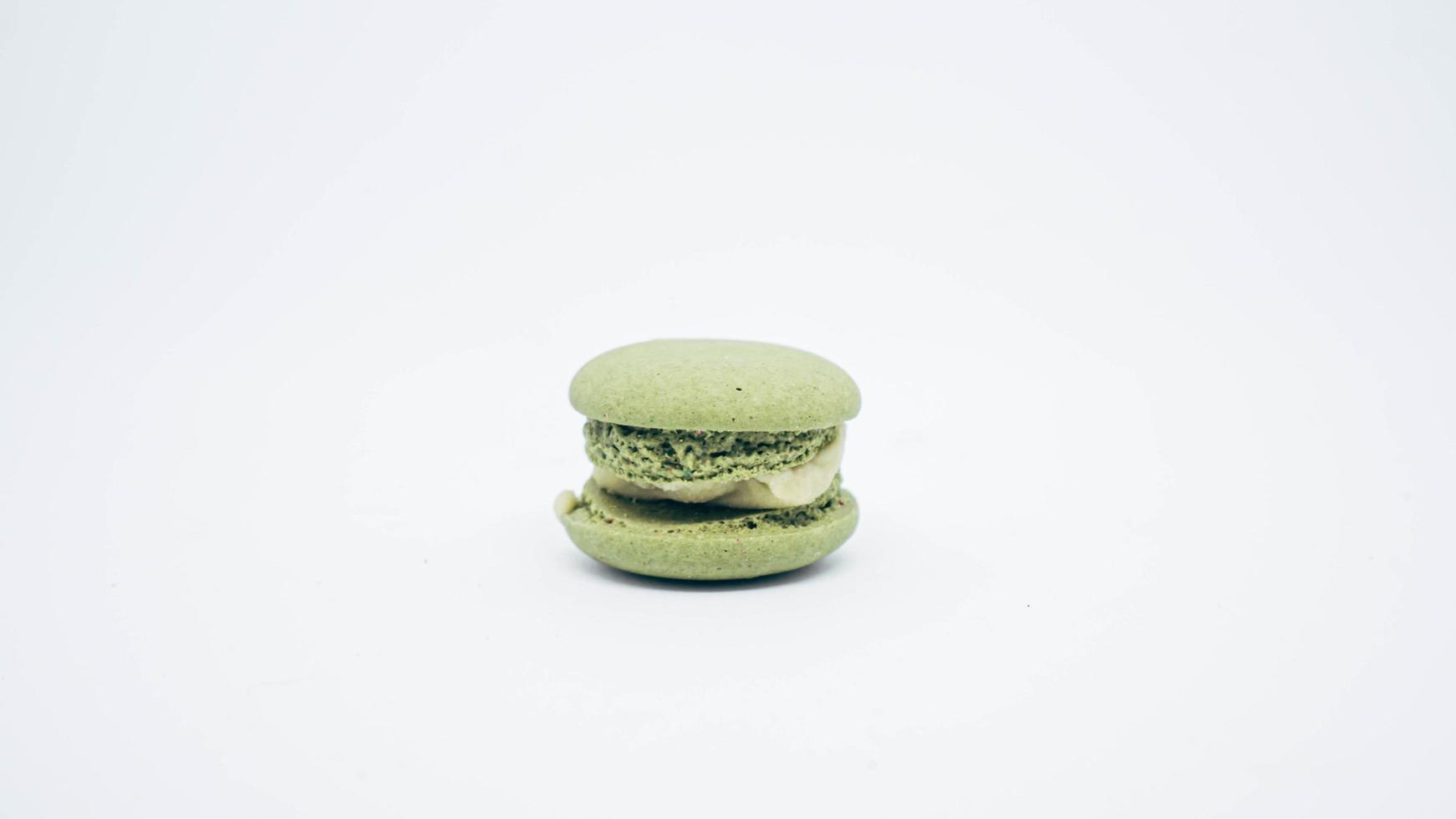 macaron verde oliva con crema isolare su sfondo bianco foto