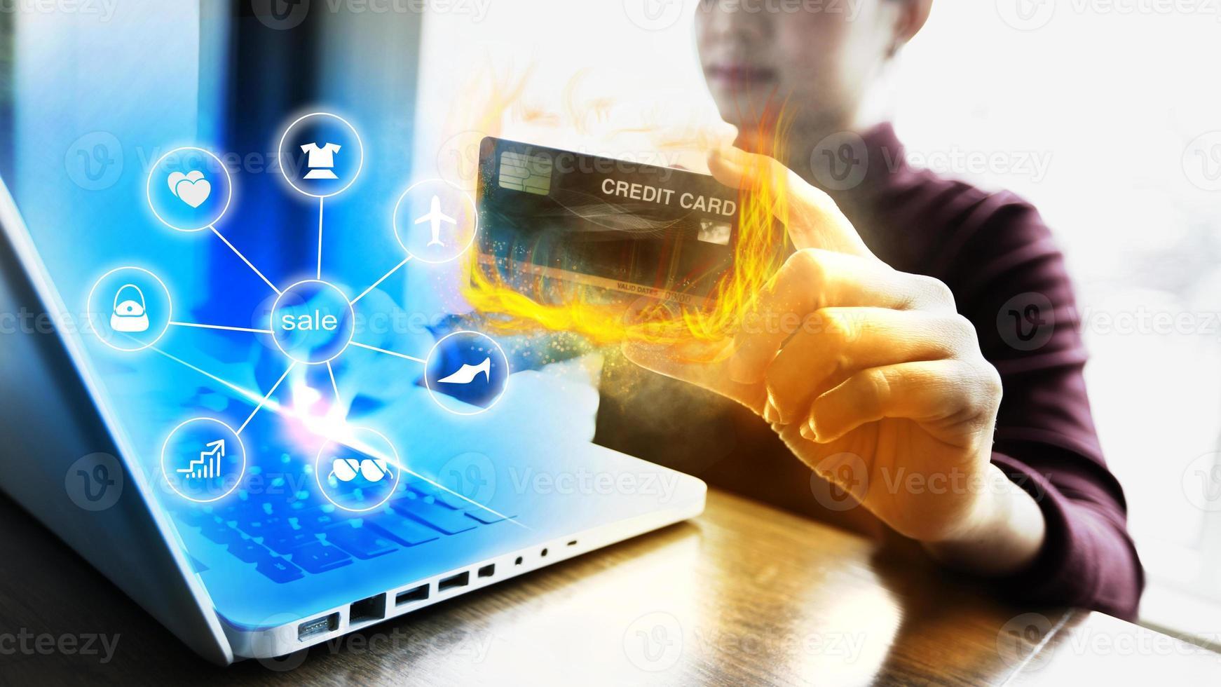 carta di credito fiammeggiante foto