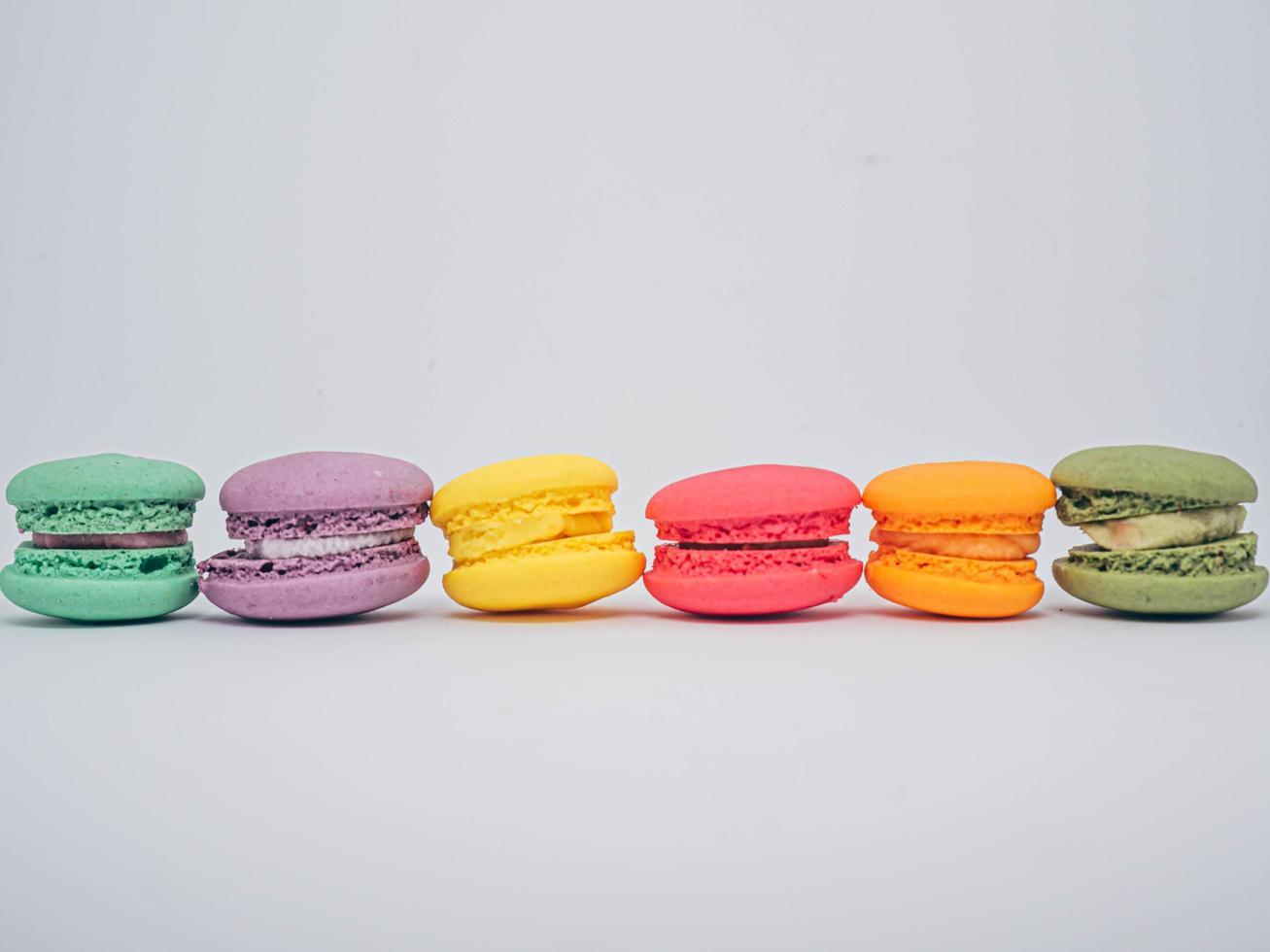 macarons su uno sfondo grigio foto