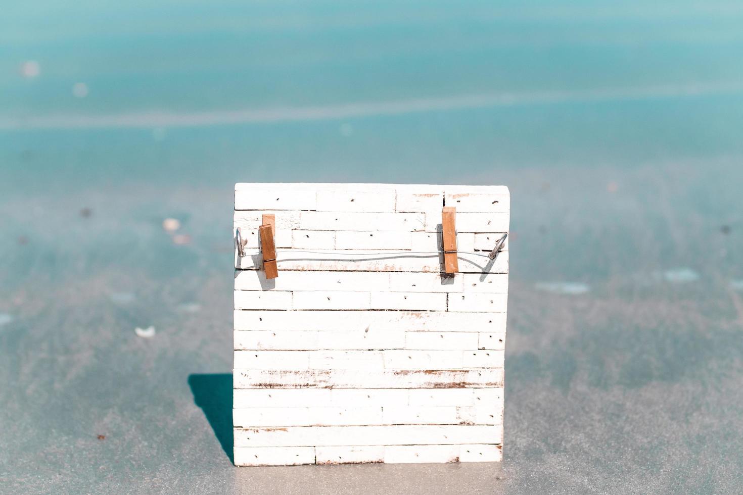 tavola di legno nell'acqua foto