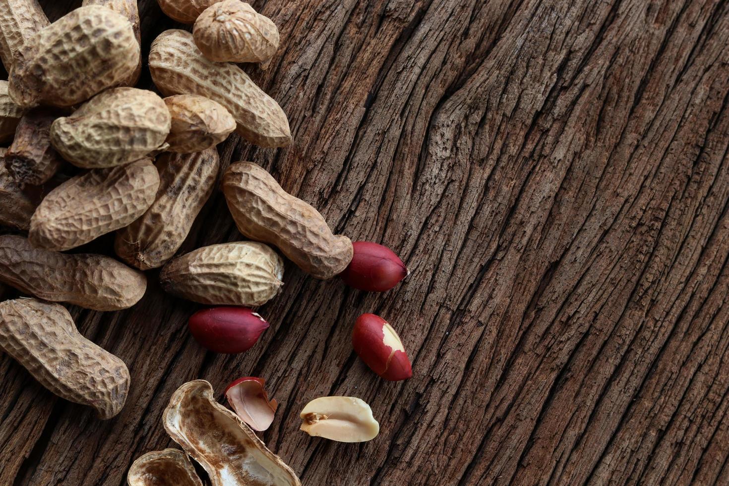arachidi su uno sfondo di legno. vista dall'alto. foto