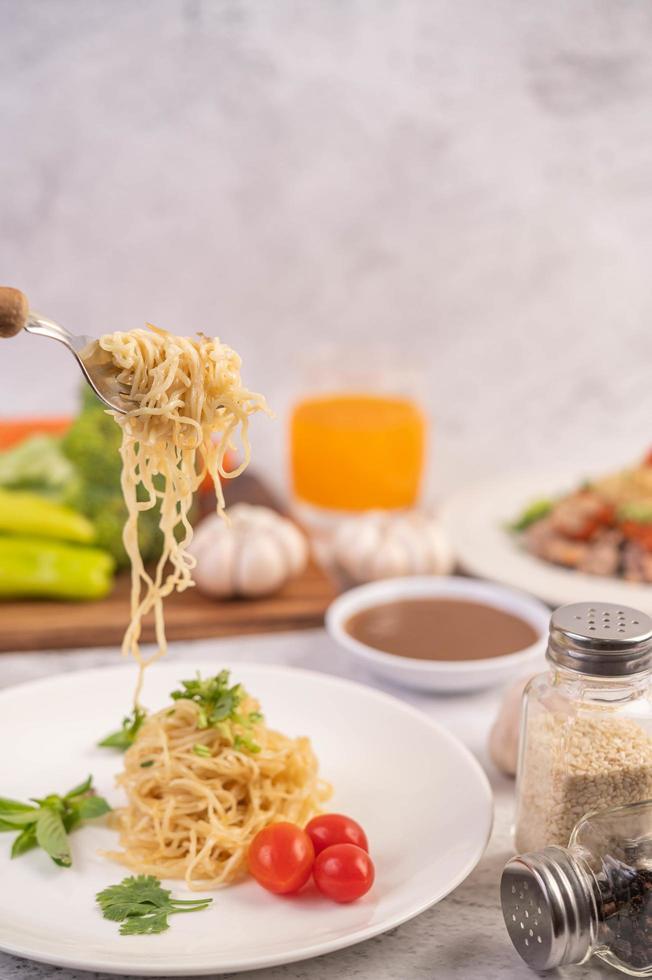 spaghetti al pomodoro, coriandolo e basilico foto