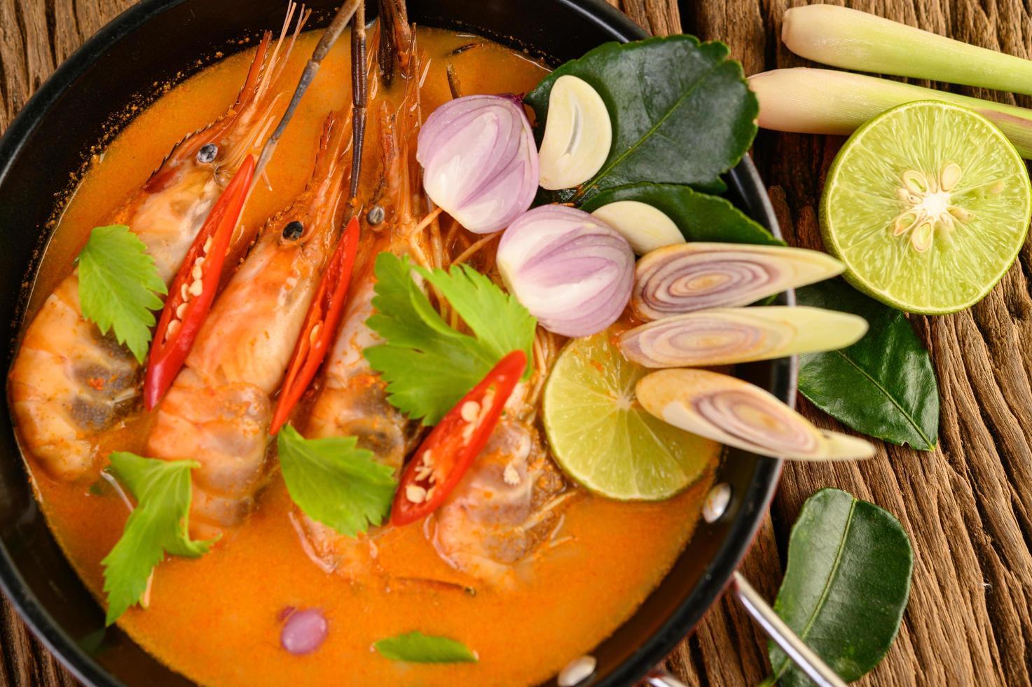 zuppa piccante calda tailandese chiamata tom yum kung con gamberetti foto