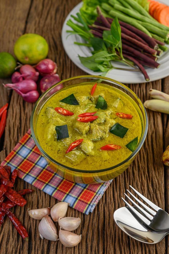 curry verde in una ciotola trasparente foto