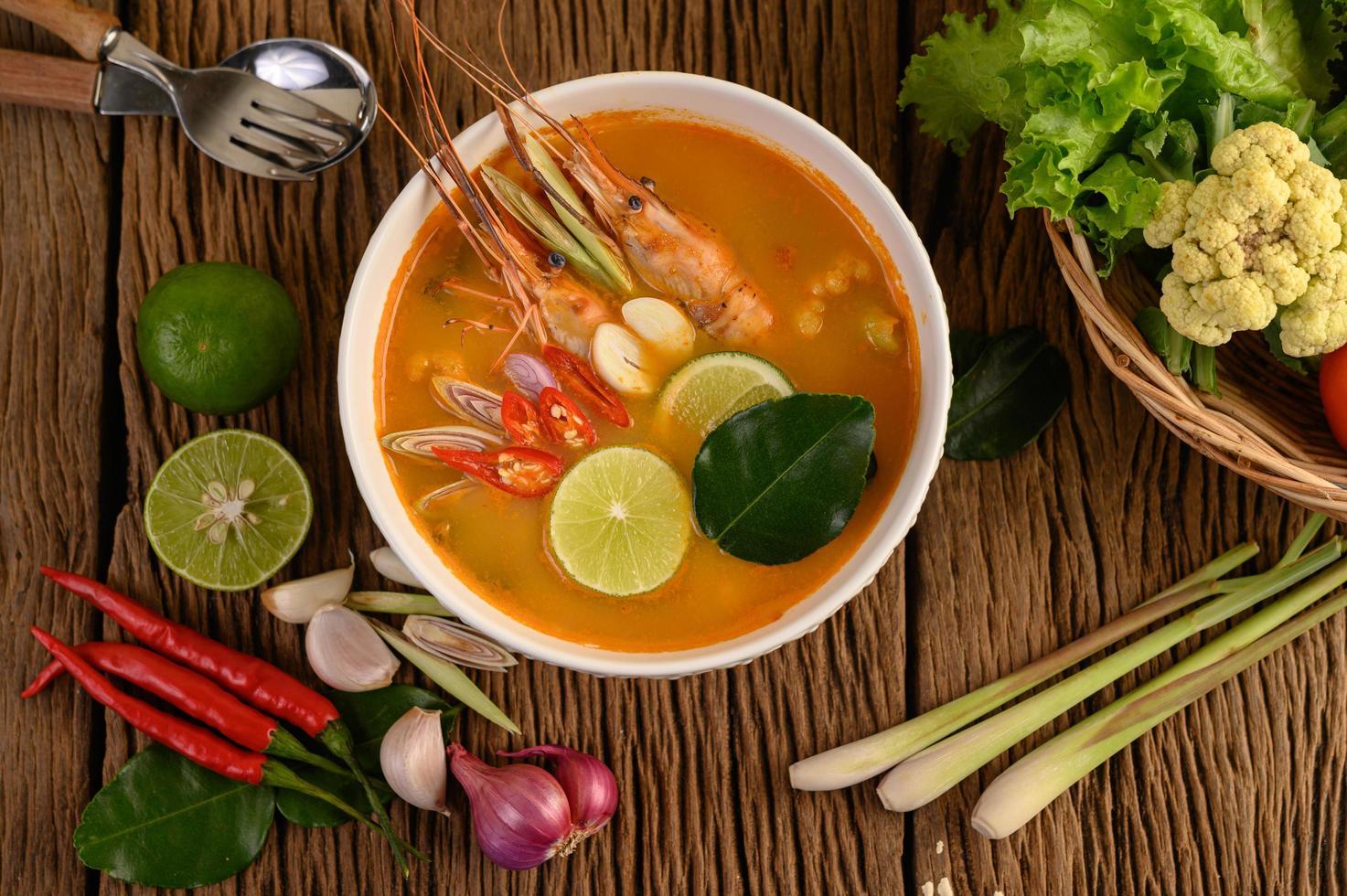 zuppa tailandese calda e piccante tom yum kung foto