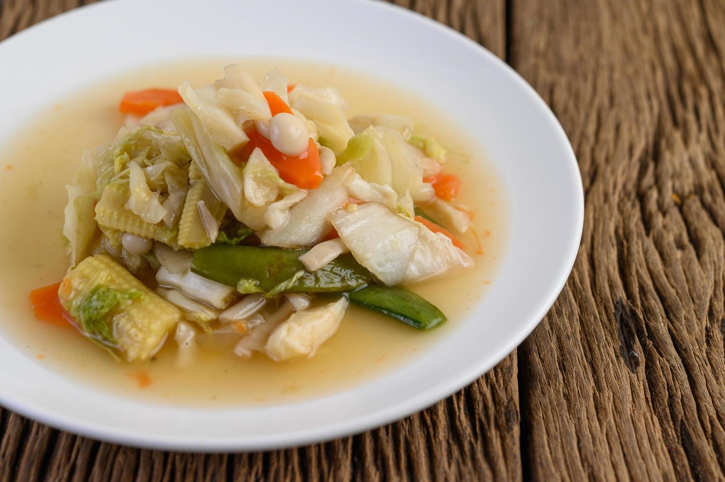soffriggere le verdure miste su un piatto bianco foto