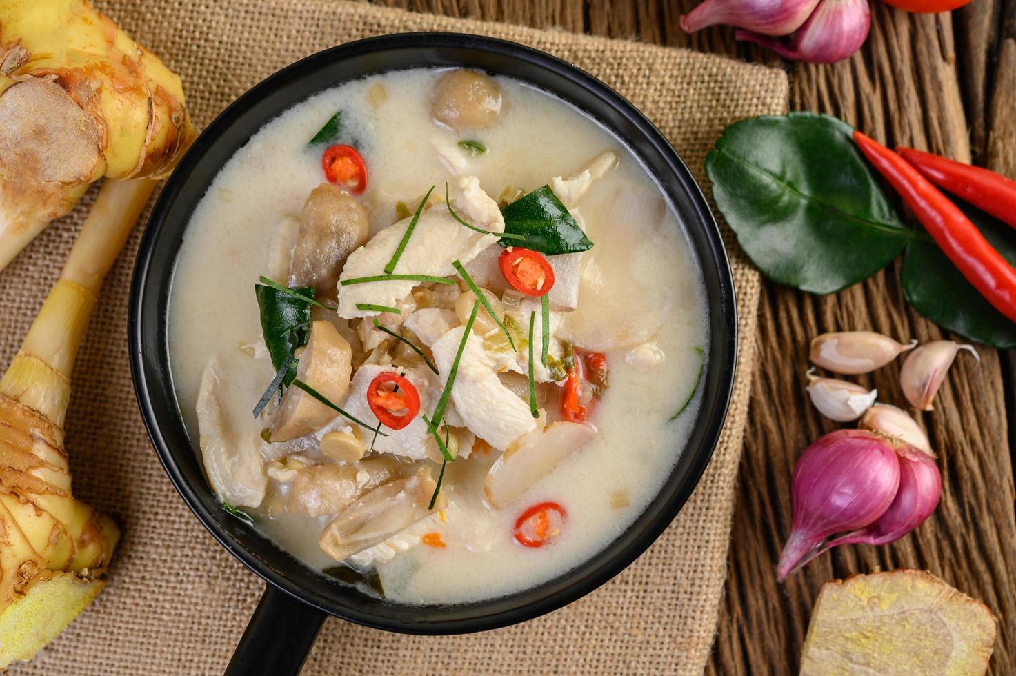 zuppa tom kha kai con foglie di lime kaffir, citronella, cipolla rossa, galanga e peperoncino foto