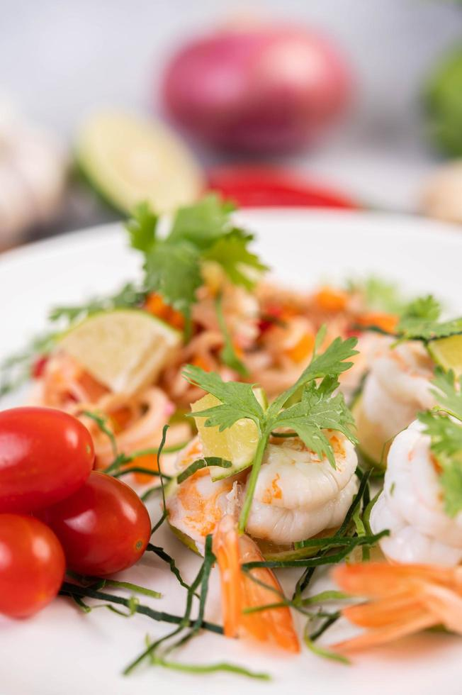 insalata tailandese piccante con gamberetti foto