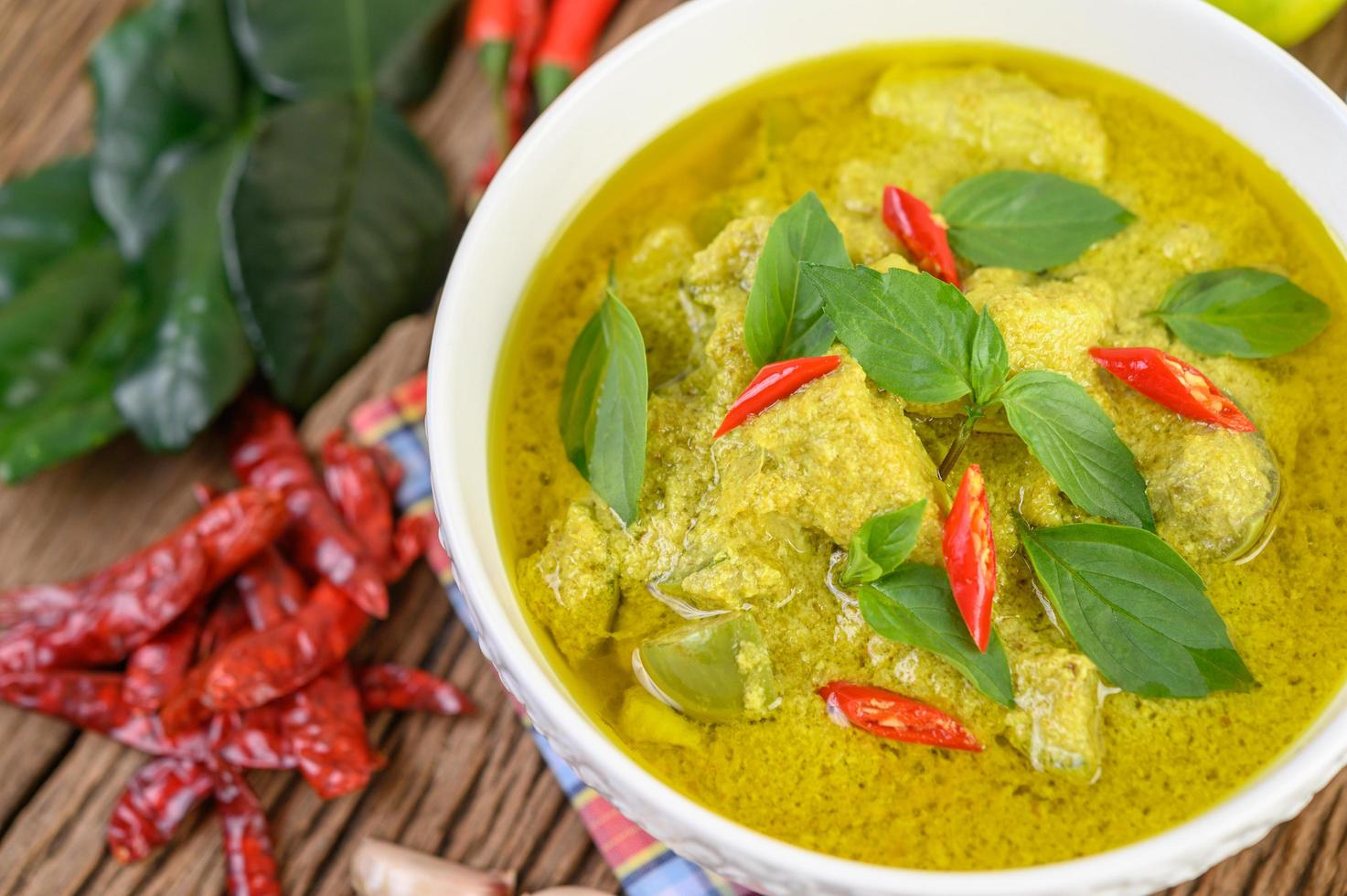 curry verde con lime, cipolla rossa, citronella, aglio e foglie di kaffir foto