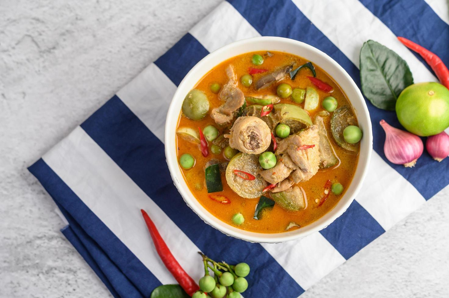 pollo piccante saltato in padella con melanzane tailandesi foto