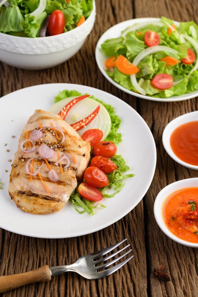 pollo alla griglia con verdure grigliate e insalata foto