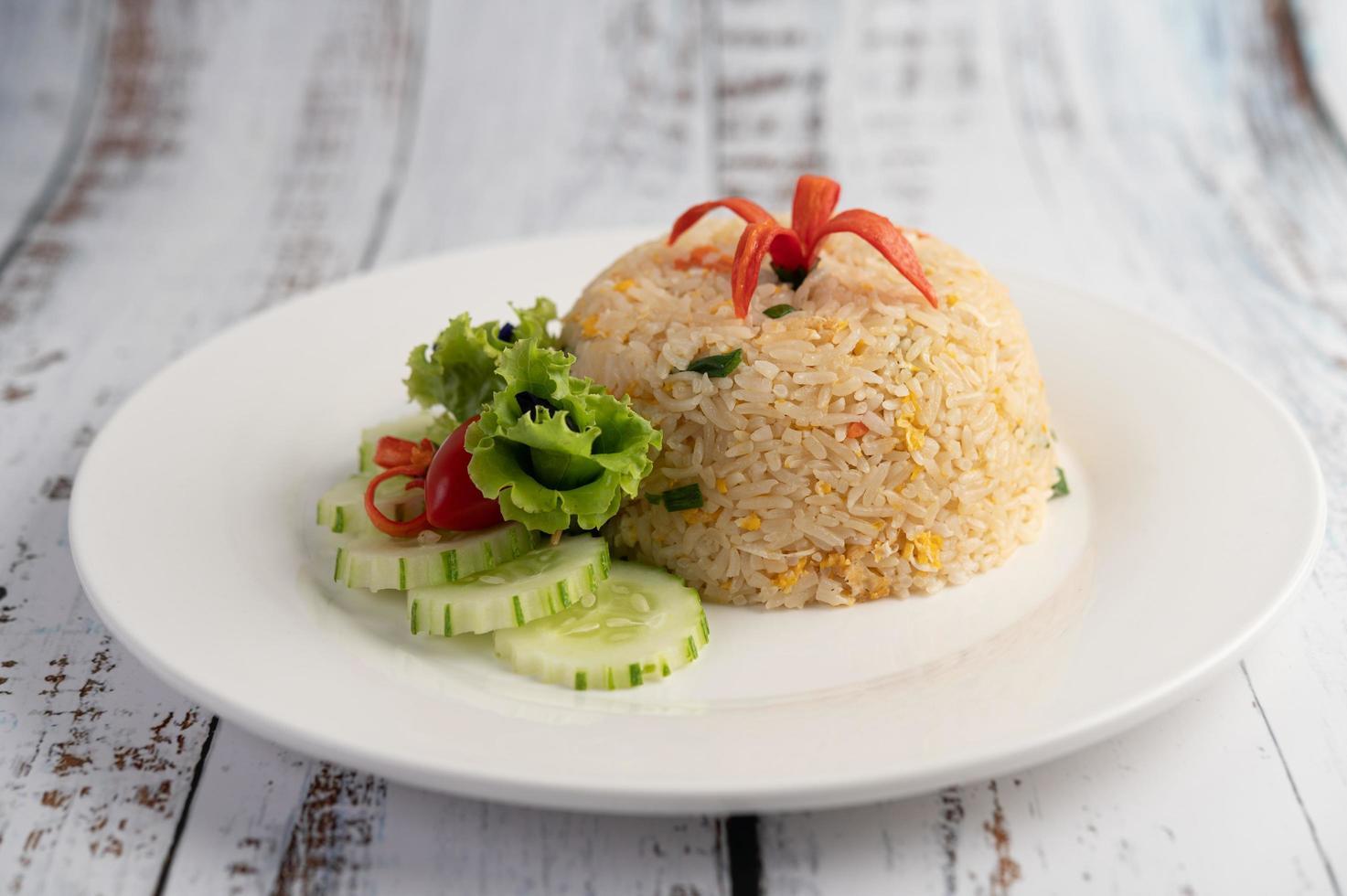 riso fritto con uova su uno sfondo di legno foto