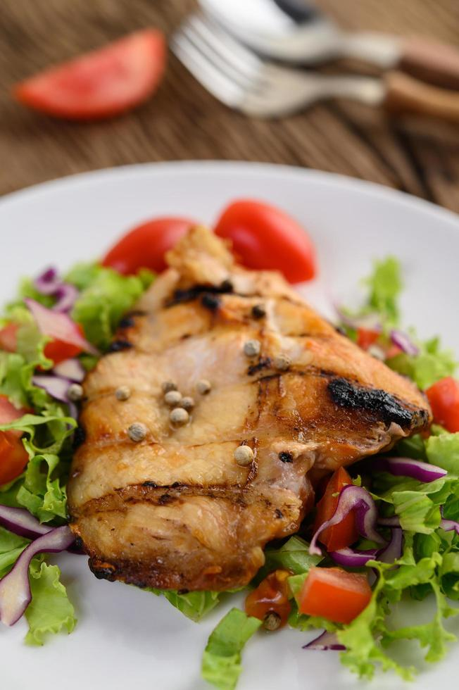 pollo alla griglia con insalata foto
