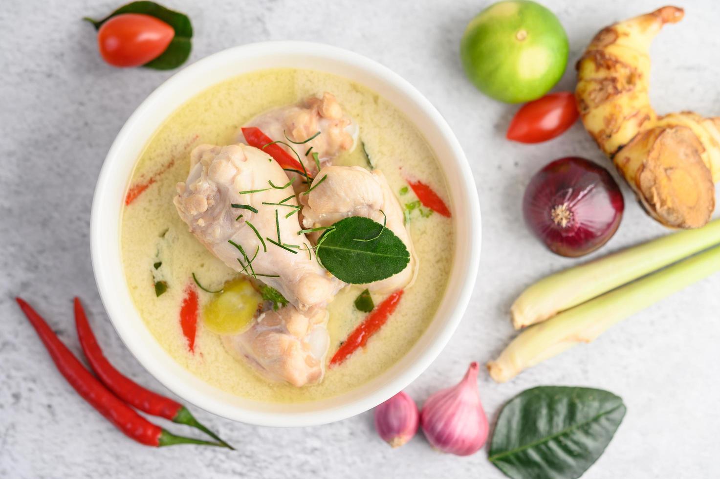 tom kha kai, zuppa di cocco tailandese foto