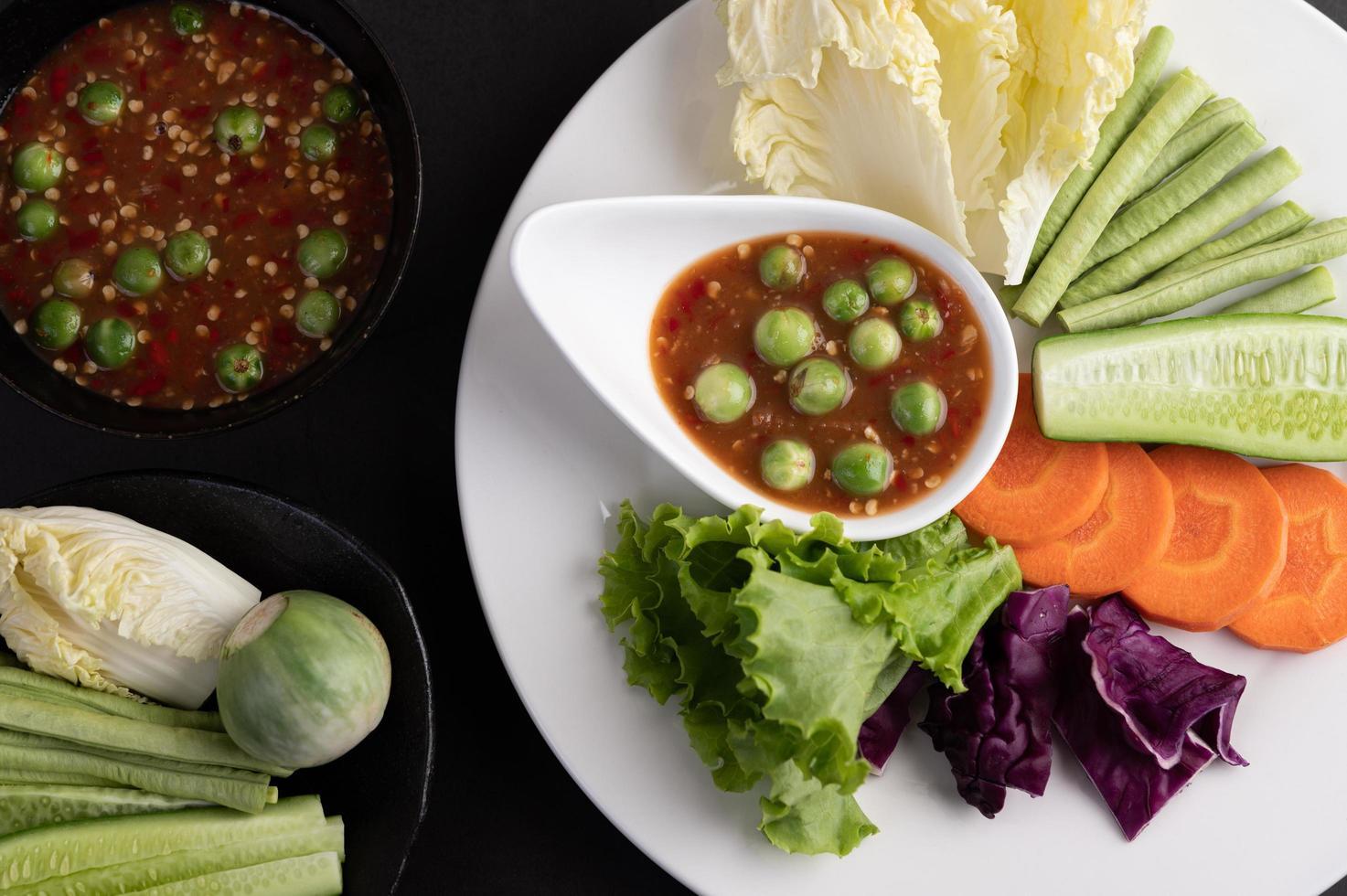 salsa in una ciotola con le verdure foto