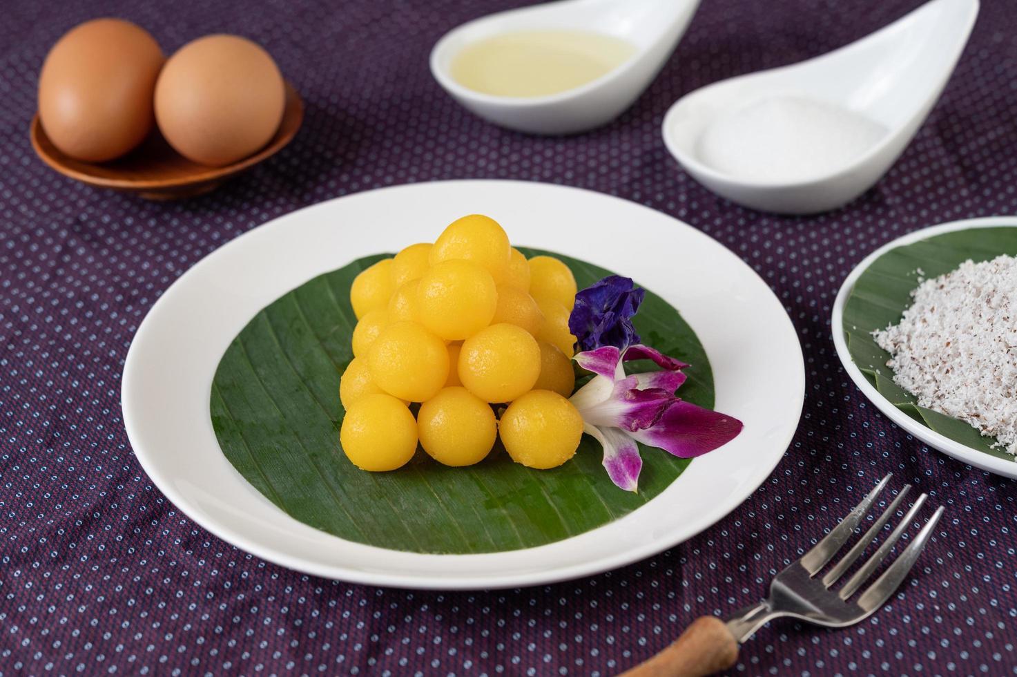 perizoma yod, dessert tailandese su una foglia di banana foto