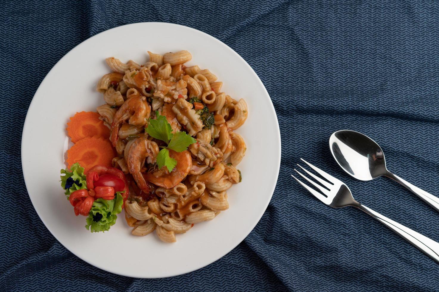 gamberetti e maccheroni con carote, pomodori e insalata foto