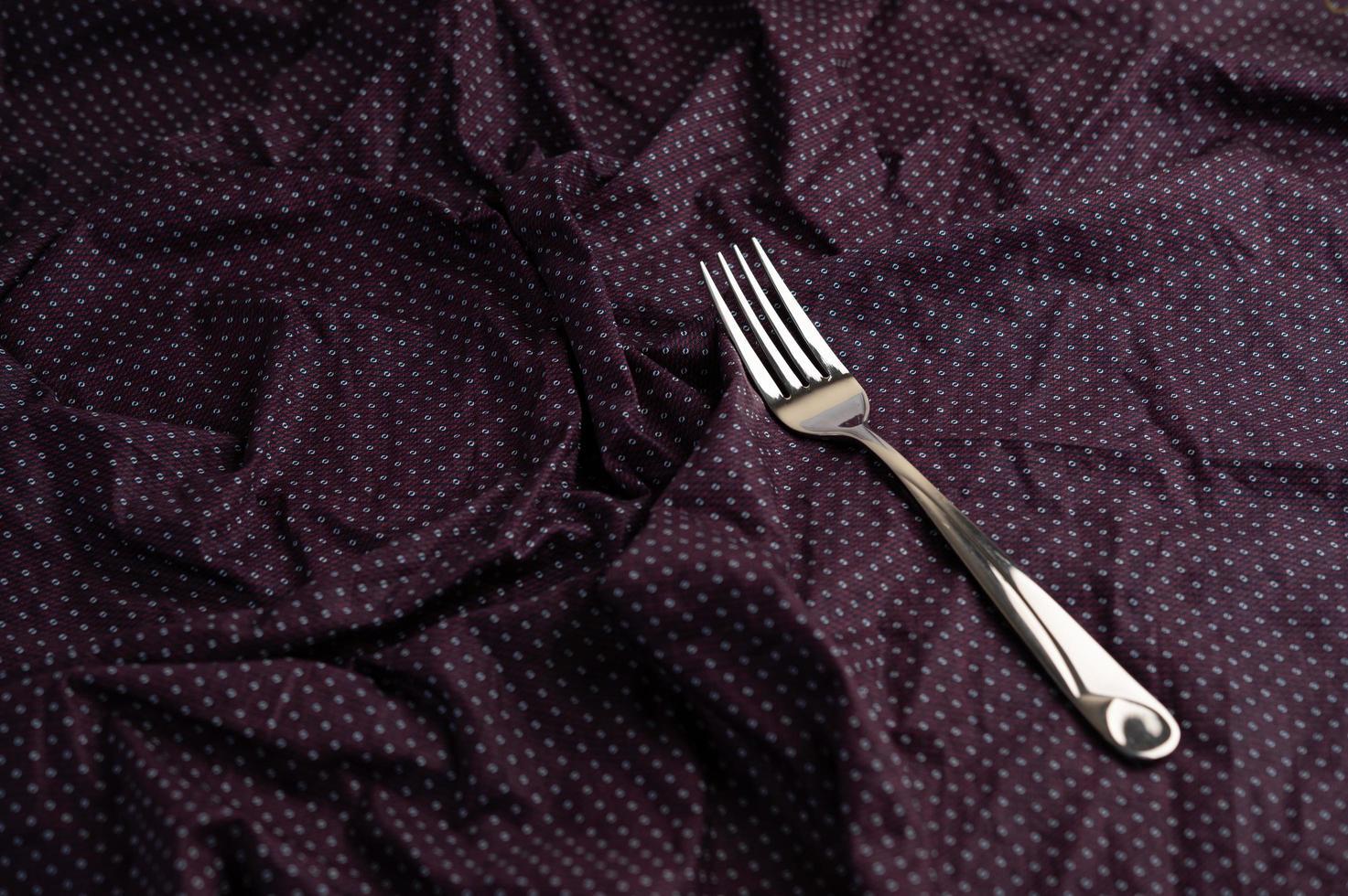 forchetta su tessuto rugoso viola foto