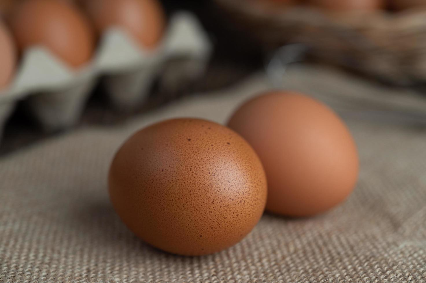 uova biologiche crude su un sacco di canapa foto