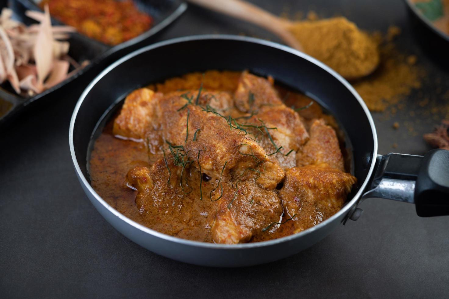 curry massaman con spezie tradizionali foto