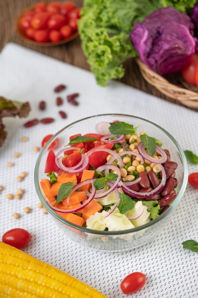 insalata di frutta e verdura fresca in una ciotola di vetro foto